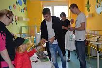 Mikulášská nadílka od fotbalistů FK Jablonec udělala dětským marodům radost.