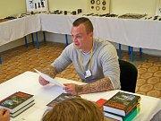 Ve Věznici Rýnovice skládali v pátek 16. června vězni závěrečné zkoušky v oboru obráběč kovů. Letos po několika letech zvládli závěrečnou zkoušku všech 30 vězňů připuštěných ke zkoušce.