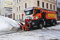 Zimní údržba v ulicích Jablonce naráží na fakt, že německé firmy kvůli tamní kalamitě omezily dodávky posypové soli.