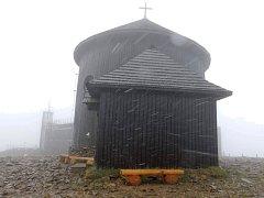 Nedělní teploty prudce klesly. Na hřebenech Krkonoš předpovídali meteorologové sněhové vločky a nespletli se.