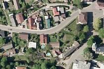 KŘIŽOVATKA na návsi v Přepeřích je podle některých zastupitelů Turnova i Policie ČR pro vedení cyklostezky nebezpečná.