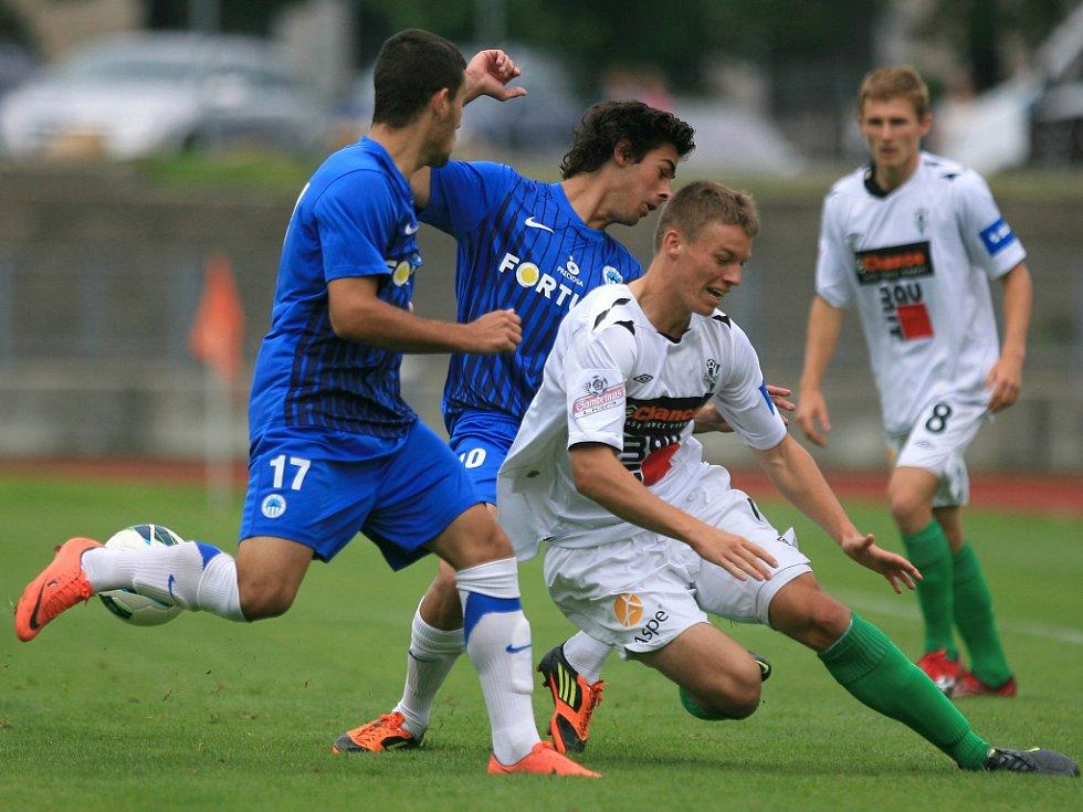 Derby juniorek vyhrál Jablonec (v bílém). Michal Pavlata z Jablonce je faulovaný Erikem Danielem z Liberce. Přihlíží Peter Vasilko (17).