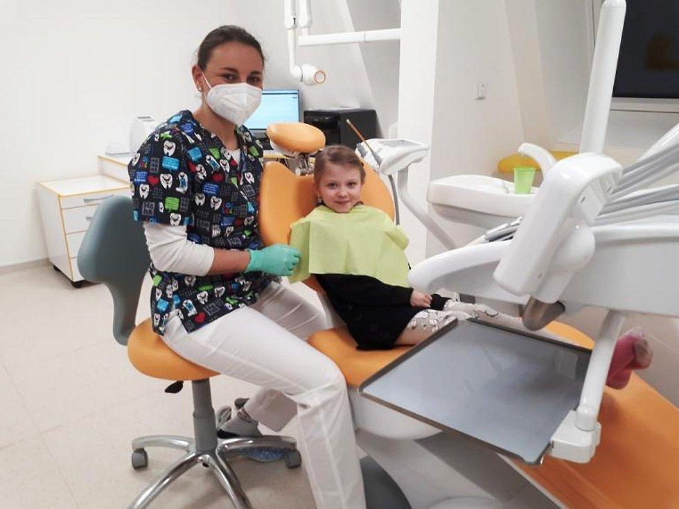 Zubní lékařka Martina Heřmánková a první pacientka Krystýna Ježková.