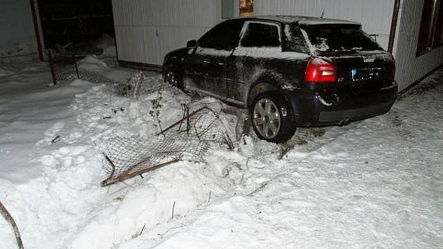 Řidič nezvládl zatáčku, dostal smyk a pak už jen sledoval, do čeho všeho bourá.