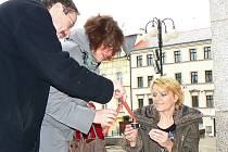 UŽ TRADICÍ SE STALO TAKÉ NEOFICIÁLNÍ SETKÁNÍ PŘED RADNICÍ. V pravé poledne 17. listopadu opět zaplály svíčky u vchodu do jablonecké radnice.