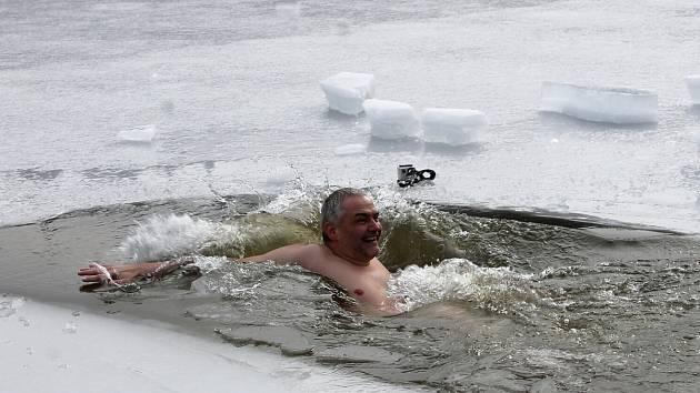 Ředitel MP Nový Jičín Jiří Klein drží slovo. Slíbil, že pokud bude na kontě pro Martina Davida sto tisíc korun, půjde se vykoupat do ledové vody.