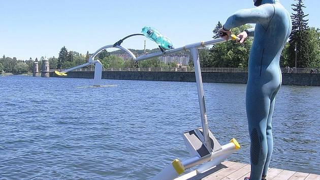 Jindřich Hradecký zapůjčí svůj aquaskipper na jablonecké přehradě již v sobotu.