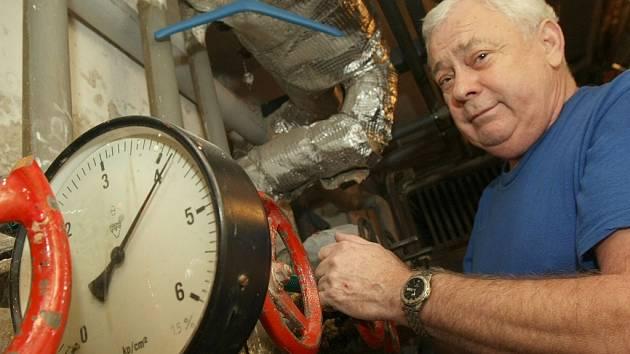Milan Macháček ozvzdušňuje topení před tím než pustí teplo do budovy. Ilustrační snímek k topení.