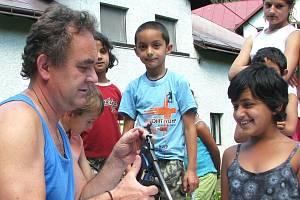 Jiří Háma, vedoucí komunitního centra, tráví s romskými dětmi jejich volný čas.