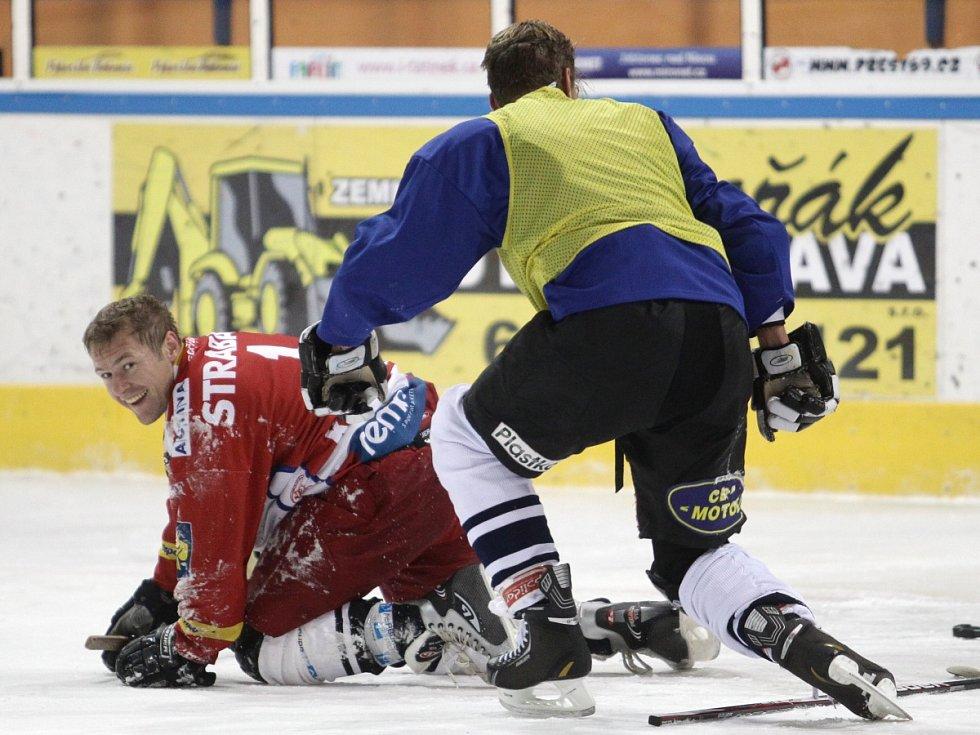 Fotbalisté Baumitu si zahráli hokej. Na snímku zleva Karel Piták a Vít Beneš.