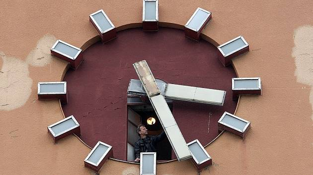 Hodinář Miloš Zikmund mění dvakrát ročně čas na jabloneckých věžích.
