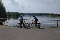 Vandal poničil u přehrady odpadkové koše přesto, že strážníci MP Jablonec tu hlídkují i na kolech.