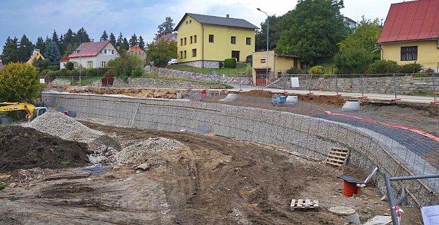 Ujíždějící svah pod širší ulicí s chodníkem podpírá nová gabionová zeď a Vrkoslavická má i novou dešťovou kanalizaci. Město za stavbu zaplatilo přes osm milionů korun.. Finální povrch přibude až na jaře.
