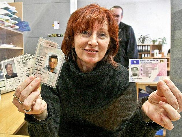 Ivana Slanařová z Městského úřadu Jablonec ukazuje vlevo řidičský průkaz, jehož platnost v prosinci letošního roku končí a majitel by měl pořádat o výměnu, vpravo nový platný průkaz.