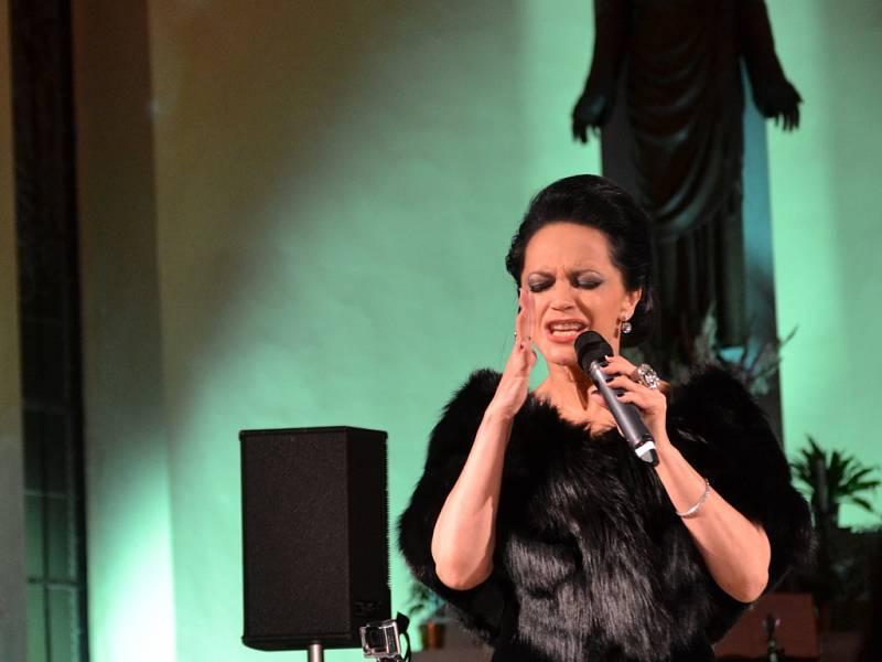 Lucie Bílá koncertovala v jabloneckém kostele Nejsvětějšího Srdce Ježíšova za doprovodu Petra Maláska.