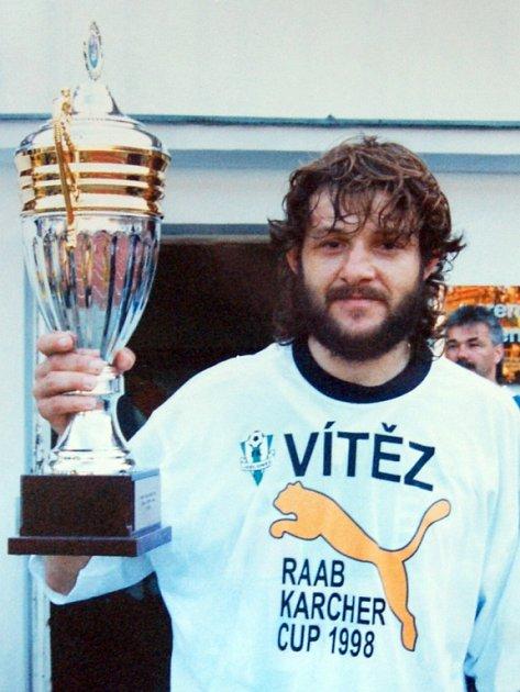 Pavel Pěnička s pohárem.