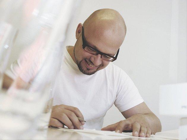 Přední český designér a sklářský výtvarník Rony Plesl.