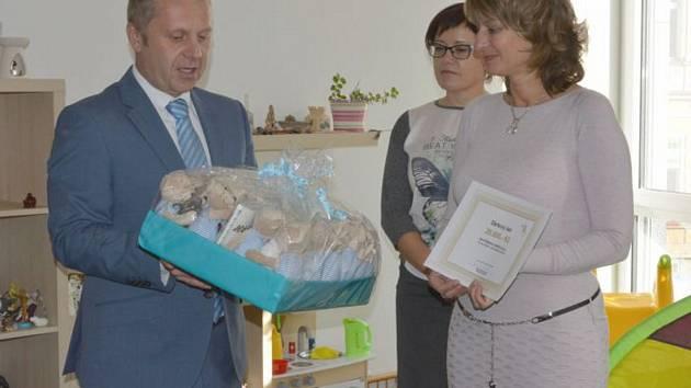 Šek předal náměstek primátora Pavel Svoboda do rukou vedoucí jablonecké regionální pobočky Hany Krámské