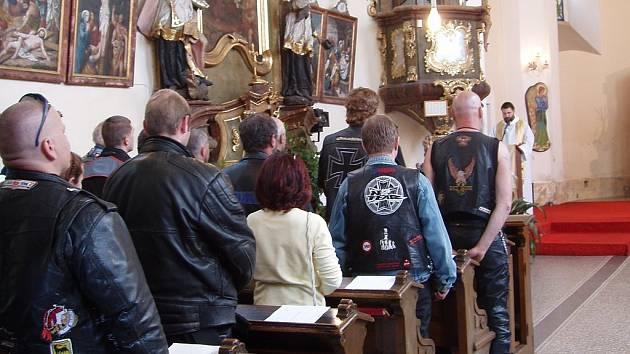 V sobotu ráno proběhla mše svatá v Železném Brodě pro všechny motorkáře. Hodinu po poledni jen o pár kilometrů dál zemřel mladý motorkář. Ten však k místnímu Motoklubu, pořádajíci mši, nepatřil