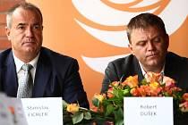 Vlevo současný kandidát do Senátu a hejtman Libereckého kraje Stanislav Eichler, vlevo odstoupivší krajský předseda ČSSD Robert Dušek