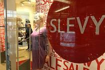 Obchodní centra lákají zákazníky na povánoční slevy.