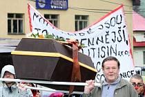 Propuštění zaměstnanci firmy Cutisin symbolicky prošli s rakví trasu od vrátnice výrobny na hřiště do Mariánského údolí.