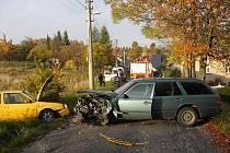 V pondělí 13. října ve 14.20 hodin došlo v Jílovém u Držkova k dopravní nehodě. Třiadvacetiletý řidič ze Zásady doplatil na nevěnování se řízení, když ladil autorádio. Tři to odnesli lehkým zraněním.