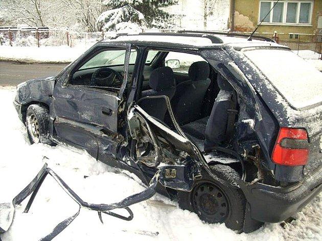 Mladý muž nezvládl v úterý ráno v Rychnově řízení vozidla Škoda Octavia. Dostal smyk a narazil do boku vozu Škoda Felicia.