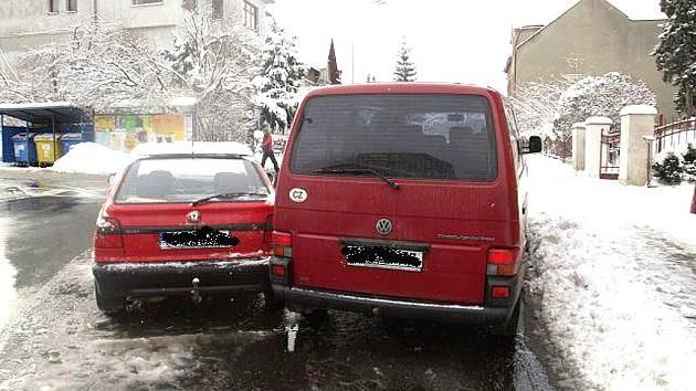 Jablonečan jedoucí s vozidlem VW Transportér za vozidlem Š Felicia započal odbočující vozidlo před křižovatkou Rýnovická a Větrná předjíždět z pravé strany, ale místa na předjetí nebylo dostatek.
