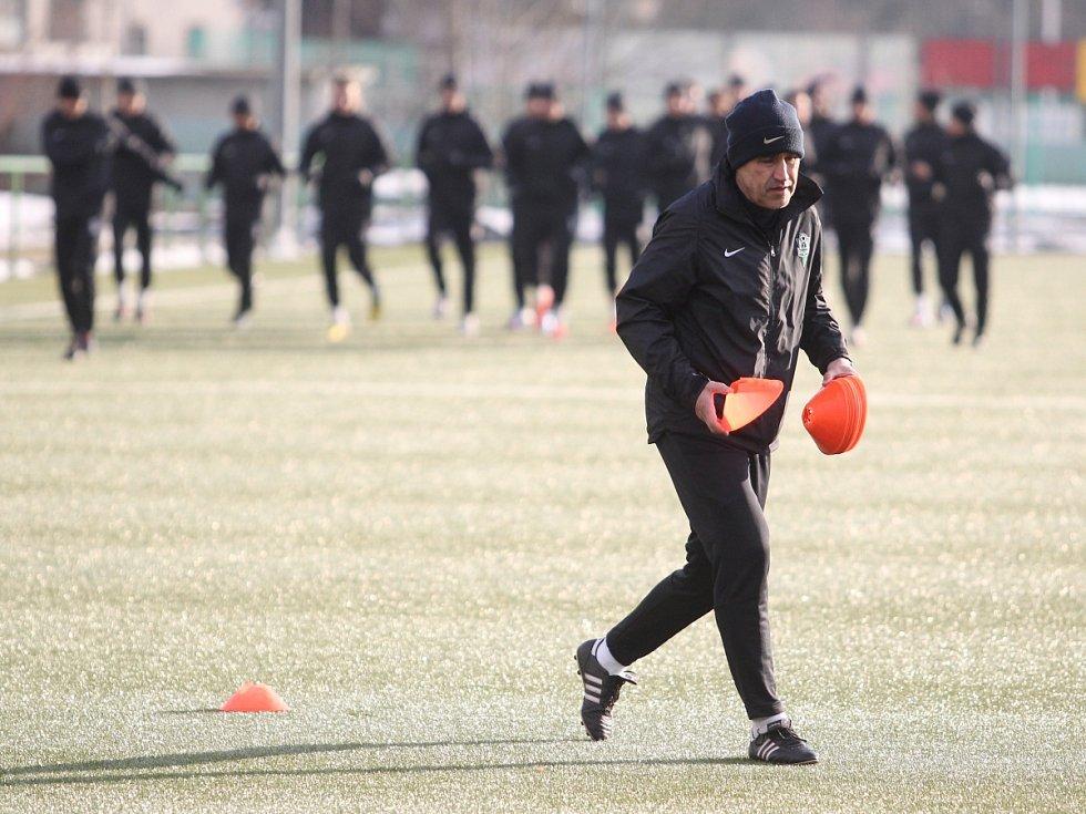 Fotbalisté Jablonce zahájili ve středu zimní přípravu. Na snímku chystá kužely trenér Václav Kotal.