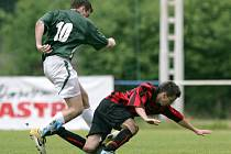 Vyhecované utkání v Železném Brodě s Desnou (v pruhovaném) skončilo výhrou domácích 2:0.