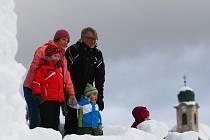 Velký sněhový hrad vyrostl na běžecké trati u Skicentra v Harrachově. Nejoblíbenější je mezi dětmi, které hradem prolézají, ale najdou se i dospělí, kteří neodolají a výhled ze sněhové stavby si vychutnají.