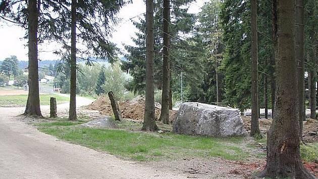 U výjezdu ze stadionu v Bedřichově vzniká místo pro památník.