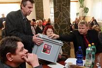 Zastupitele obce s urnou obešel jeden z nich Luboš Kundera.