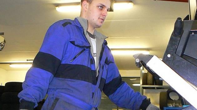 NEJEN PŘEZOUT, ALE TAKÉ VYVÁŽIT. David Beneš se v jabloneckém Pneuservisu Hnídek v těchto dnech stejně jako jeho kolegové nezastaví. Na zvedáky najíždí jedno auto za druhým.