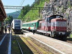 Harrachov – Sklářská Poreba. Moderní typ vlaku PESA SA 134 při páteční jízdě.