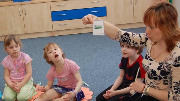 Ředitelka mateřské školy speciální Jana Brethová provádí logopedické cvičení.