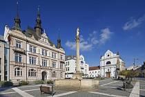 Turnovskému náměstí vévodí novorenesanční spořitelna.