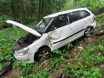 Řidič, který jel příliš rychle, dostal na mokré vozovce smyk a s vozidlem sjel až pod úroveň silnice.