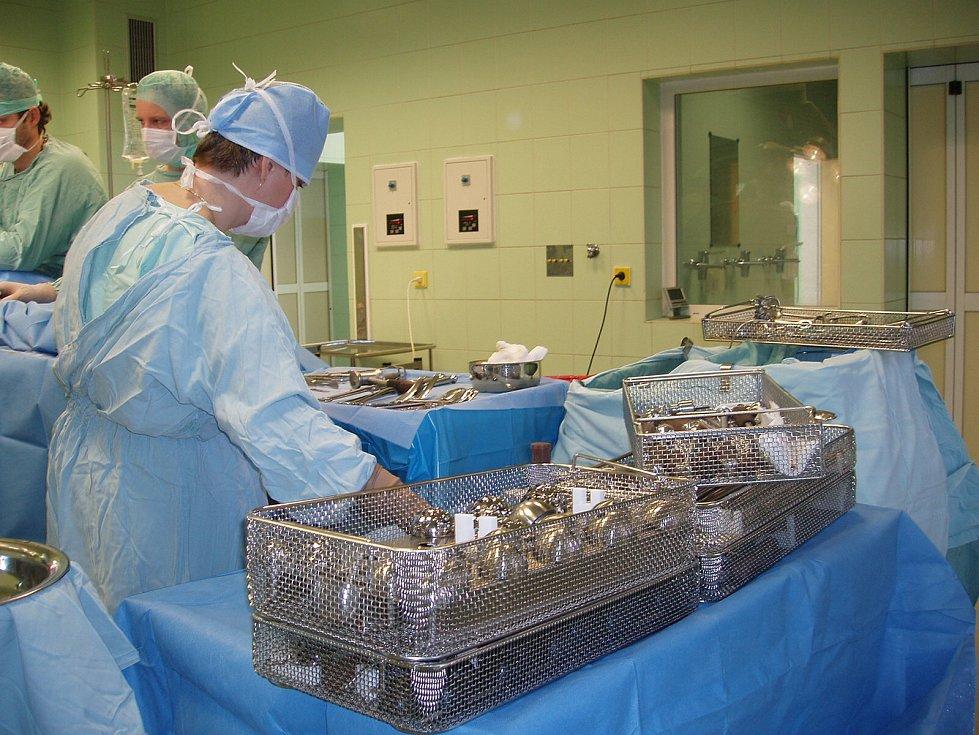 ORTOPEDICKÉ ODDĚLENÍ Nemocnice Jablonec prošlo rekonstrukcí. Operační sál disponuje třeba i velkou obrazovkou, kde lékaři mohou prohlížet třeba rentgenové snímky.