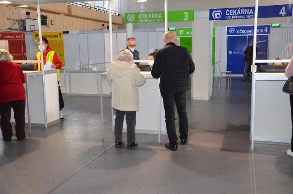 Očkovací centrum v jablonecké Městské sportovní hale denně odbaví na 400 zájemců o vakcínu proti Covid-19.