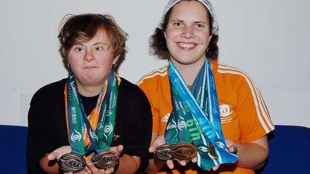 Jana Broulíková (vlevo) získala na Světových letních hrách speciálních Olympiád v Čínské Šanghaji dvě stříbrné medaile. Za svůj výkon se nemusí stydět ani Jitka Šabacká, která si přivezla dvě bronzové medaile a jednu stříbrnou.