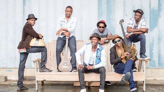 Letošním největším překvapením je Mokoomba, kapela ze Zimbabwe, která spojuje tradiční rytmy a současné taneční žánry. Skupinu si založili v roce 2002 tehdy náctiletí kluci z Města Victoria Falls.