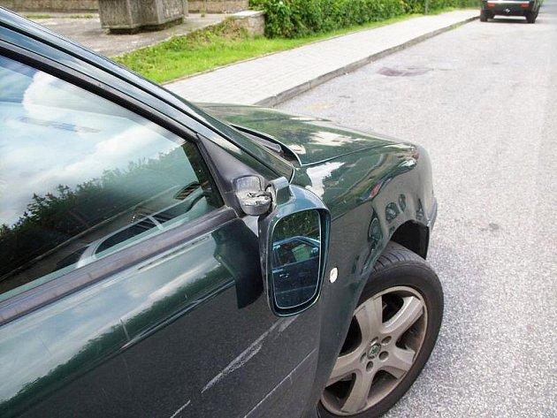 Neznámý řidič při jízdě narazil do Škody Octavie zaparkované po levé straně jednosměrné ulice.