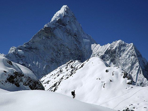 """Na snímku je magická posvátná hora Ama Dablam. Pohled z vesničky Pangboche, v severovýchodním Nepálu. Hlavní vrchol měří 6 812 m, vedlejší západní vrchol má 5 563 m. Jméno hory lze přeložit jako """"Matka s perlovým náhrdelníkem""""."""