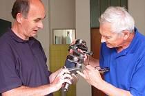 Konference se konala ve Střední průmyslové škole technické. Odborní učitelé Stanislav Dupač (vpravo) a Jan Prokop se radili, jak žákům nejlépe vysvětlit obrábění klikové hřídele spalovacího motoru.