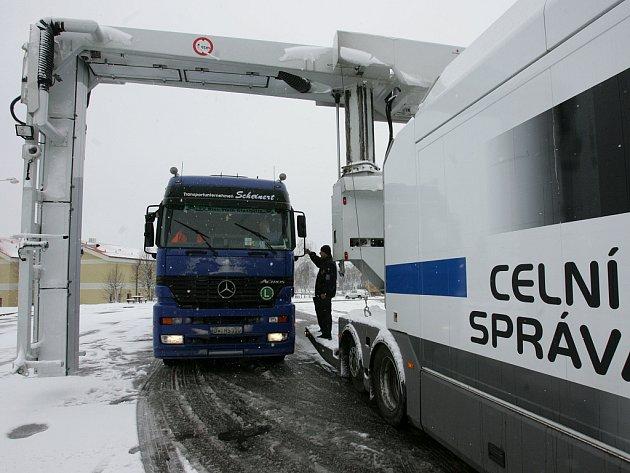 Kamion vjíždí do speciálního mobilního rentgenu, který dokáže odhalit pašované zboží či osoby. Jedná se o jediné zařízení tohoto typu v České republice. Rentgen ve stamiliónové hodnotě dokáže za den prohlédnout kolem 30 kamiónů.
