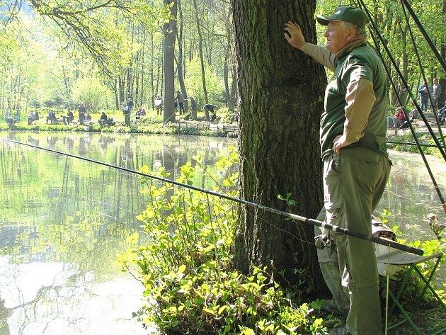Stovka rybářů se sešla v sobotu v brzkých hodinách, aby se zúčastnili 21. ročníku ve výlovu ryb na Kulaťáku na Malé Skále. Chytalo se na jeden prut a na jeden háček.