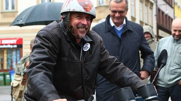 Václav Horáček odstartoval předvolební kampaň v sedle motocyklu Jawa. Sledoval ho i Miroslav Kalousek (v pozadí)