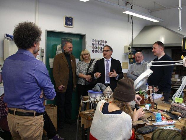Rozloučit se s odcházejícím jabloneckým primátorem chtěl jeho kolega z německého Kaufebeuren. Během druhého dne zavítali i do zdejší uměleckoprůmyslové školy.